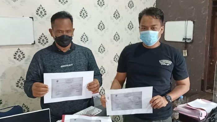 Polisi menunjukkan barang bukti surat swab palsu dari tangan pelaku di Mapolres Indramayu