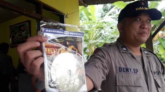 Polisi Pergoki Mujiono dan Teman Prianya Setengah Bugil, Ada  CD Diduga Video Porno Sesama Jenis