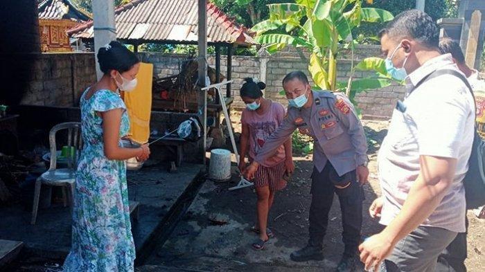 Polisi saat melakukan olah TKP di kediaman korban Ketut Kerti (75)