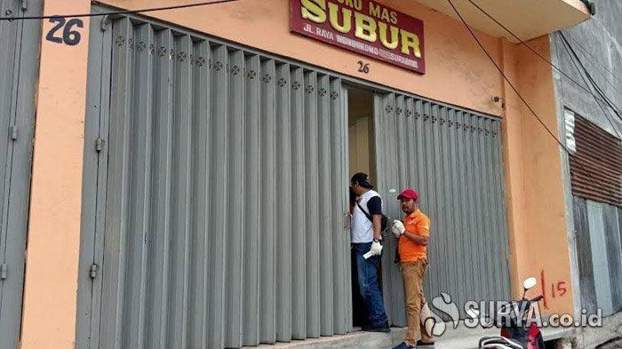 Polisi saat melakukan olah TKP di lokasi kejadian perampokan sebuah toko emas di Jalan Raya Wonokromo, Surabaya, Sabtu (15/2/2020).