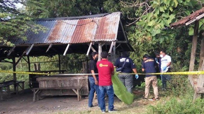 Polisi saat mengevakuasi penemuan mayat berjenis kelamin laki-laki