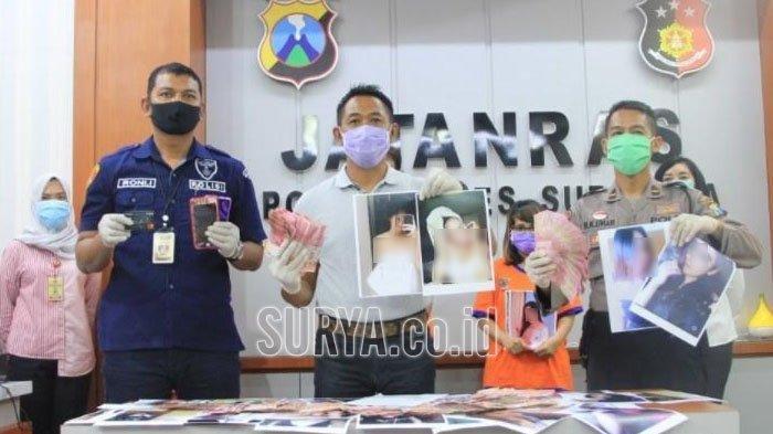 Polisi saat menunjukkan foto korban dan tiga mucikari yang ditetapkan sebagai tersangka