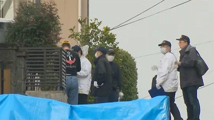 Para penyelidik kepolisian sedang melakukan penyusuran lokasi penembakan di daerah Kurobaru Kokura Kita-ku, Kitakyushu, Minggu (12/1/2020).