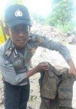 Polisi Sukma yang menemukan baju dinasnya di lumpur yang ada di bekas rumahnya yang terkena banjir bandang di Pulau Adonara, Flotim.