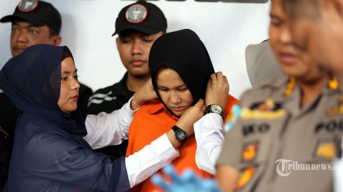 Tersangka kasus pembunuhan Hakim Pengadilan Negeri (PN) Medan, Zuraida Hanum (tengah) yang juga istri korban dihadirkan polisi ketika gelar kasus di Mapolda Sumatera Utara, Medan, Sumatera Utara, Rabu (8/1/2020). Polda Sumatera Utara menetapkan tiga tersangka atas kasus dugaan pembunuhan berencana seorang hakim PN Medan tersebut dan satu dari tiga tersangka itu merupakan istri korban yang menjadi otak pembunuhan dengan motif karena permasalahan rumah tangga. (TRIBUN MEDAN/RISKI CAHYADI)