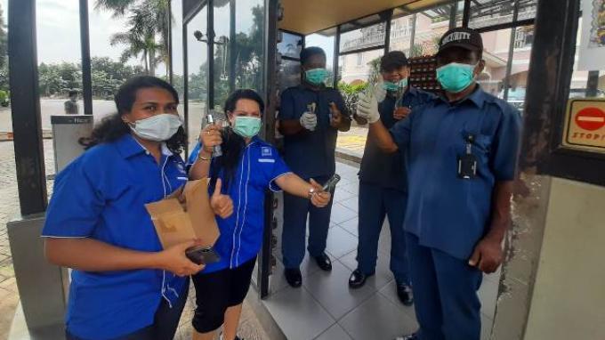 Politisi PAN Rosaline Irene Rumaseuw yang juga berprofesi sebagai dokter di sela-sela membagikan hand sanitizer di Komplek Perumahan Kelapa Gading Jakarta, Kamis (26/3/2020).
