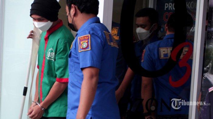Musisi Erdian Aji Prihartanto alias Anji dihadirkan pada rilis kasus penyalahgunaan narkoba di Polres Jakarta Barat, Rabu (16/6/2021). Anji ditetapkan sebagai tersangka penyalahgunaan narkotika jenis ganja oleh pihak kepolisian setelah menjalani beberapa penyelidikan. Polisi berhasil mengamankan barangbukti berupa 30 gram ganja, biji ganja, kertas papir, box masker penutup mata, box speaker dan sebuah buku Hikayat Pohon Ganja di dua lokasi berbeda yaitu Jakarta dan Bandung. Atas perbuatannya Anji disangkakan pasal 111 pasal 127 undang-undang RI, nomor 35 tahun 2009 tentang narkotika. Anji terancam hukuman 4 sampai 12 tahun penjara. Tribunnews/Jeprima