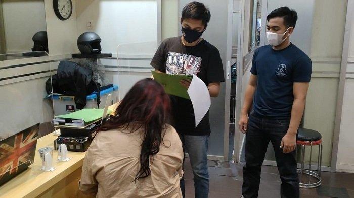 Polres Metro Jakarta Barat menangkap artis Jennifer Jill terkait kasus narkoba. Ini penampakan Jennifer Jill di kantor polisi.
