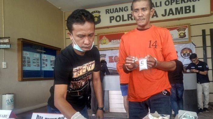 Zalki Mubarak diamankan Satresnarkoba Polresta Jambi bersama sabu 1 kg di rumahnya. Tribunjambi/Fadly