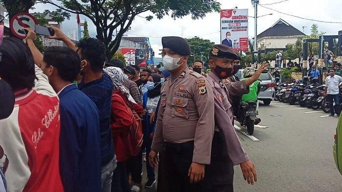 Kepolisian Resort Kota (Polresta) Pulau Ambon dan Pulau-pulau Lease menerjunkan sebanyak 126 personel kepolisian untuk mengamankan demo tolak Pemberlakuan Pembatasan Kegiatan Masyarakat (PPKM) di Ambon, Selasa (27/7/2021).