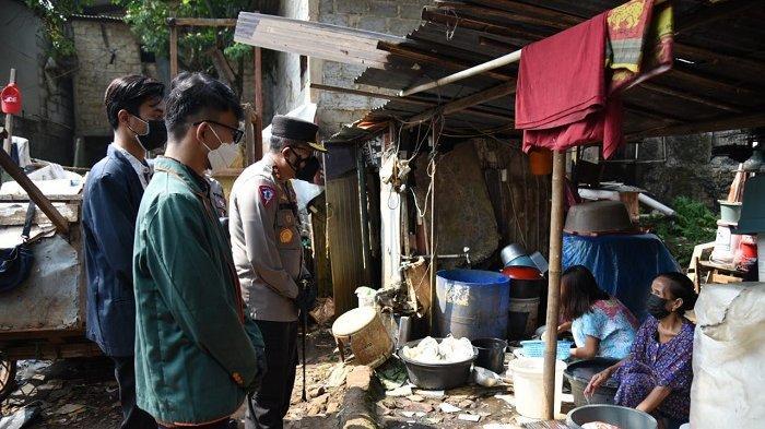 Polri Bersinergi Bareng Mahasiswa Bantu Buruh Cuci di Pondok Pinang
