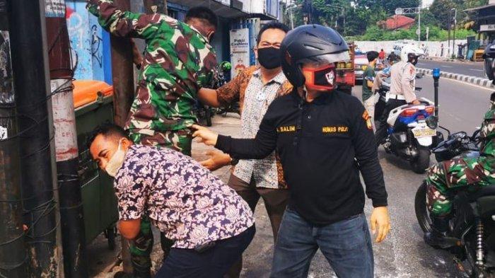 Polri-TNI ketika melakukan pencopotan baliho bergambar Rizieq Shihab di Jakarta, Jumat (20/11/2020).