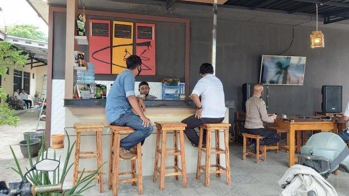 Viral Video 2 Wanita Masuk ke Tempat Penuh Lampu-lampu Dikira Kafe, Ternyata Kantor Polisi