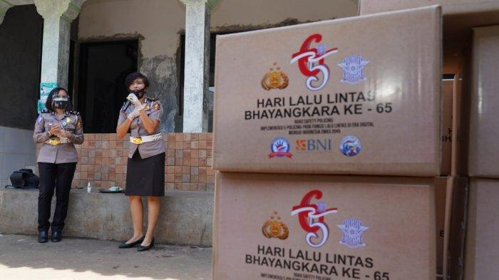 Hari Lalu Lintas Bhayangkara, Korlantas Bantu Korban Banjir di Bantaran Kali Krukut