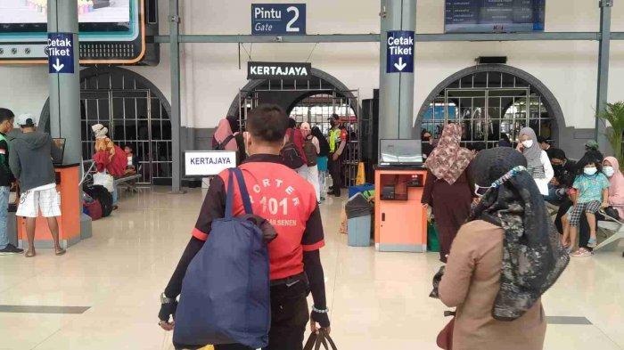 Banyak Masyarakat Nekat Mudik, Porter di Stasiun KA Pasar Senen: Alhamdulillah Bisa Buat Lebaran