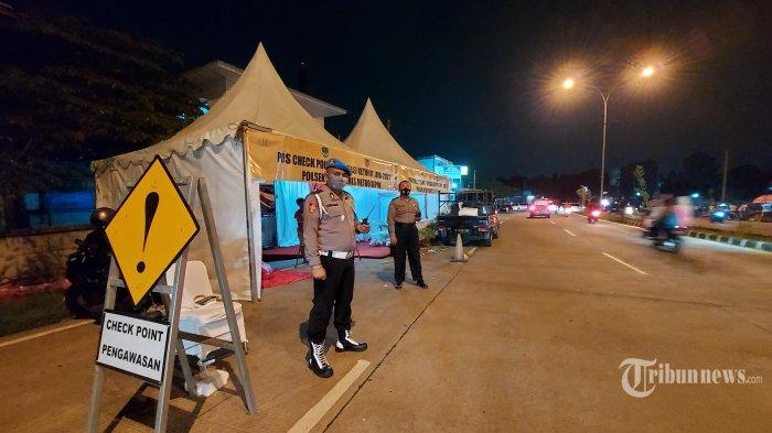 Anggota Polsek Beji berjaga di Pos Check Point di Jalan KH M. Usman, Kota Depok yang mengarah ke Kota Jakarta Selatan, Jumat (7/5/2021) malam. Menindaklanjuti arahan pemerintah terkait larangan mudik, Petugas gabungan Kota Depok melakukan penyekatan pemudik dimana. Sat Lantas Polres Depok menyiapkan tiga pos penyekatan dan lima pos cek poin. Warta Kota/Alex Suban
