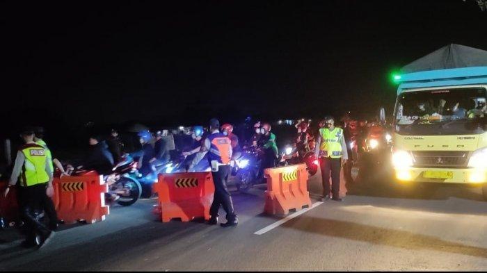 Ratusan Pemudik Sepeda Motor Diminta Putar Balik di Pos Gamon Karawang