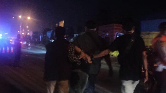 Polisi dari Polres Karawang menangkap seorang provokator. Pria ini memprovokasi pemudik untuk menerobos pos penyekatan dan melawan petugas.