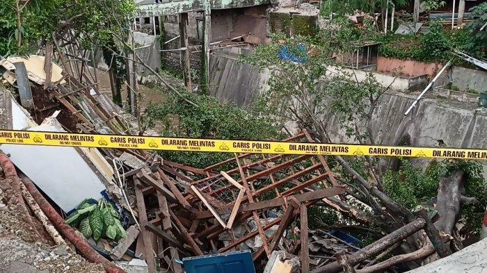 Pos Polisi di Jalan Raya Bogor-Jakarta, Cimanggis, Kota Depok, longsor sore hari ini.