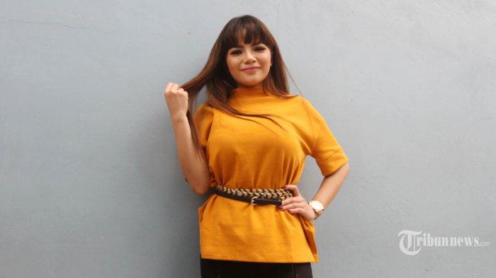 Disk jockey (DJ) Dinar Candy ditemui usai menjadi nara sumber pada salah satu TV swasta di kawasan Mampang, Jakarta, Jumat (7/9/2018). Dinar Candy terpilih sebagai DJ perempuan paling seksi di dunia, ia erada di urutan teratas daftar Top 10 Most Sexiest Female DJ in The world 2018 yang dirilis situs clubbing dan Electronic Dance Music ( EDM), EDMDroid. TRIBUNNEWS/HERUDIN