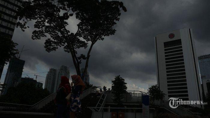 Awan gelap menyelimuti kawasan Sudirman, Jakarta Selatan, Minggu (12/1/2020). Badan Meteorologi, Klimatologi, dan Geofisika (BMKG) mendeteksi masih adanya potensi hujan lebat di beberapa wilayah Indonesia untuk sepekan ke depan tidak terkecuali di kawasan Jabodetabek. Tribunnews/Irwan Rismawan
