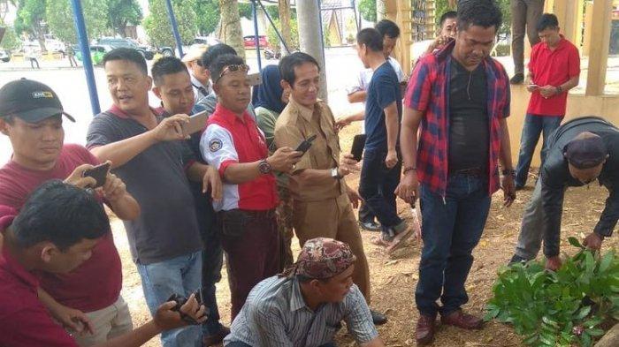Bupatinya Ditangkap KPK, Warga Lampung Utara Syukuran Potong Kambing di Halaman Pemda