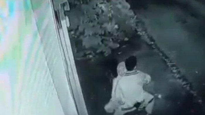 Muda Mudi yang Berbuat Mesum di Atas Motor,  Kabur Saat si Cewek Lihat Kamera CCTV