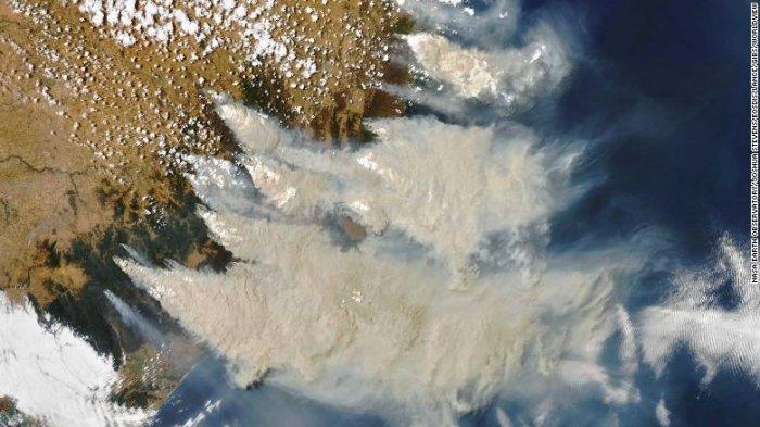 Potret kebakaran hutan di Australia Tenggara yang diperoleh pada 4 Januari 2020 oleh Spektroradiometer Pencitraan Resolusi Sedang pada satelit Aqua NASA.