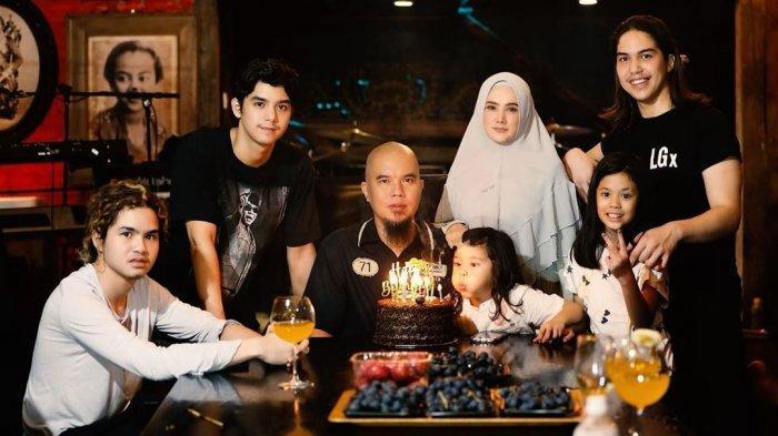 Potret lengkap keluarga Ahmad Dhani dan Mulan Jameela saat ulang tahun Dhani.