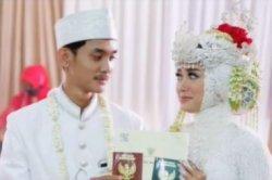 potret momen pernikahan Lisna dengan suaminya, Irvan.