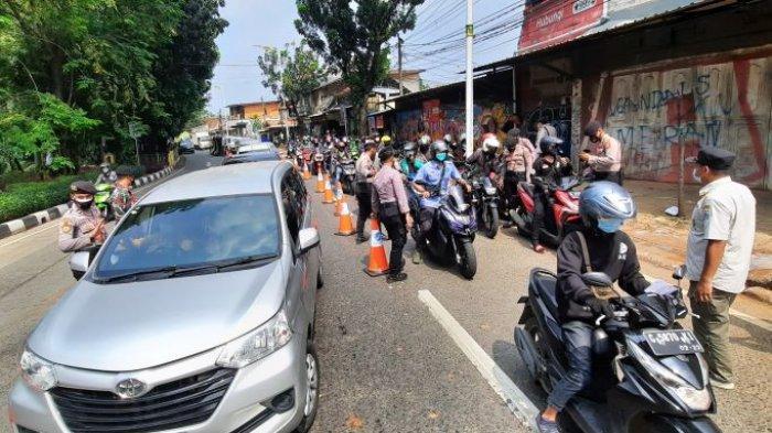 Hari ke-5 pemberlakukan PPKM Darurat, petugas gabungan dari TNI-Polri masih menutup jalan menuju Jakarta dari Depok, tepatnya di Jalan Lenteng Agung Jakarta, Rabu (7/7/2021).