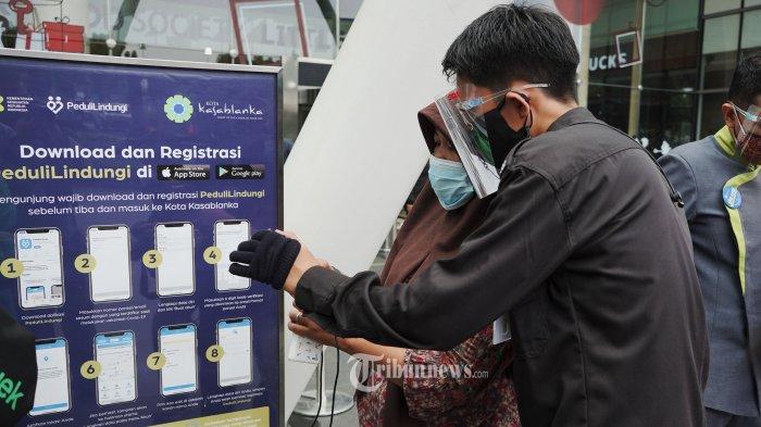 Pengunjung wajib menunjukan sertifikat vaksinasi melalui aplikasi PeduliLindungi sebelum masuk ke Mal Kota Kasablanka Jakarta Selatan yang kembali dibuka, Selasa (10/8/2021).