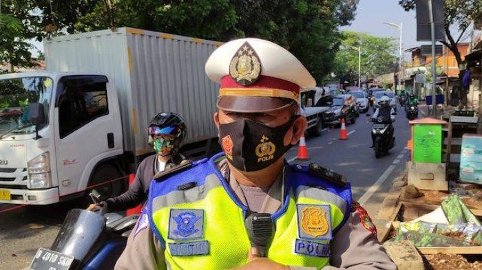 Perwira Pengendali Pos Penyekatan PPKM Level 4 Lenteng Agung IPDA H Kebol Sitio saat ditemui awak media di Pos Penyekatan PPKM Lenteng Agung, Jakarta Selatan, Senin (26/7/2021).
