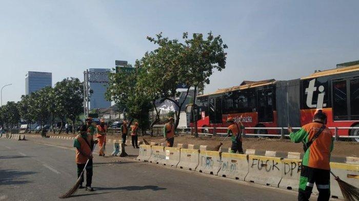 Petugas PPSU Bersih-bersih Sampah Setelah Massa Buruh Tinggalkan Kawasan DPR