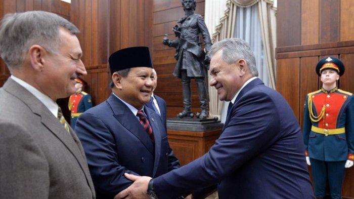 Menteri Pertahanan Prabowo Subianto berjabat tangan dengan Menteri Pertahanan Rusia Sergei Shoigu