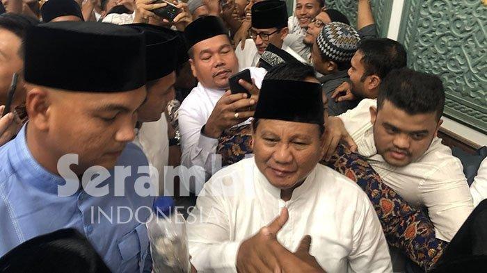 Ribuan Jemaah Berdesakan Mendekati Prabowo-Sandi Usai Salat Jumat di Masjid Raya Baiturrahman Aceh
