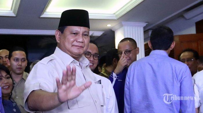 Capres dan Cawapres nomor urut 02 Prabowo Subianto (kiri) dan Sandiaga Uno (kanan) usai memberikan keterangan pasca putusan Mahkamah Konstitusi (MK) yang menolak gugatan terkait perolehan suara Pilpres 2019 di kediaman Prabowo Subianto di Jakarta, Kamis (27/6/2019) malam. Dalam keterangannya, Prabowo Subianto dan Sandiaga Uno menerima hasil keputusan Mahkamah Konstitusi terkait gugatan Pilpres 2019. TRIBUNNEWS/IRWAN RISMAWAN