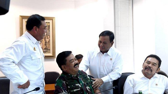 Menteri Pertahanan Prabowo Subianto bercanda setelah menyalami Panglima TNI Marsekal Hadi Tjahjanto, Kamis (31/10/2019). (Rusman-Biro Pers Sekretariat Presiden)