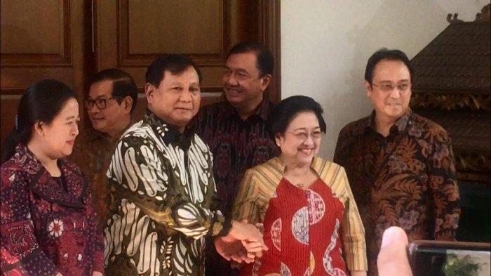 Prabowo Subianto menyalami tuan rumah saat tiba di kediaman Megawati Soekarnoputri di Jalan Teuku Umar, Menteng, Jakpus, Rabu (24/7/2019).