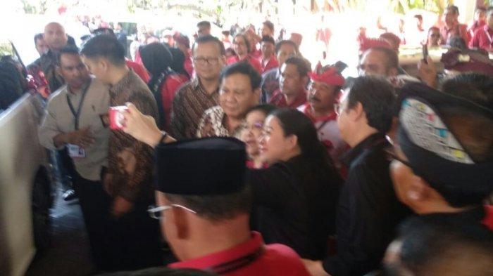 Ketua Umum Gerindra Prabowo Subianto bersama Ketua Umum PDIP Megawati bersama Prananda Prabowo dan Puan Maharani berswafoto bersama di Kongres V PDIP, Grand Inna Beach Bali, Kamis (8/8/2019).