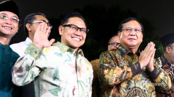 Ketua Umum Partai Gerindra, Prabowo Subianto (kanan) memberi salam didampingi Ketua Umum PKB, Muhaimin Iskandar saat tiba di Kantor DPP PKB di Jakarta Selatan, Senin (14/10/2019). Pertemuan tersebut dalam rangka silaturahmi serta membahas isu-isu politik terkini. Tribunnews/Irwan Rismawan