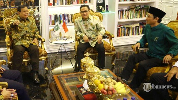 Ketua Umum Partai Gerindra, Prabowo Subianto (kiri) berbincang dengan Ketua Umum PKB, Muhaimin Iskandar (tengah) di Kantor DPP PKB di Jakarta Selatan, Senin (14/10/2019). Pertemuan tersebut dalam rangka silaturahmi serta membahas isu-isu politik terkini. Tribunnews/Irwan Rismawan