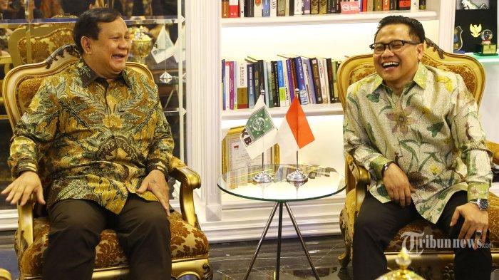Ketua Umum Partai Gerindra, Prabowo Subianto (kiri) berbincang dengan Ketua Umum PKB, Muhaimin Iskandar di Kantor DPP PKB di Jakarta Selatan, Senin (14/10/2019). Pertemuan tersebut dalam rangka silaturahmi serta membahas isu-isu politik terkini. Tribunnews/Irwan Rismawan