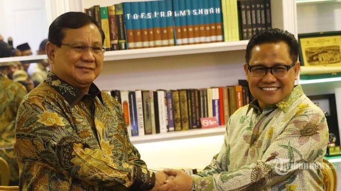 Ketua Umum Partai Gerindra, Prabowo Subianto (kiri) berjabat tangan dengan Ketua Umum PKB, Muhaimin Iskandar saat tiba di Kantor DPP PKB di Jakarta Selatan, Senin (14/10/2019). Pertemuan tersebut dalam rangka silaturahmi serta membahas isu-isu politik terkini. Tribunnews/Irwan Rismawan