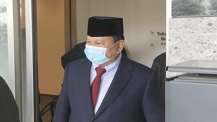 Menteri Pertahanan RI Prabowo Subianto ke luar dari bandara private jet di Haneda International Airport, Sabtu (27/3/2021) sore.