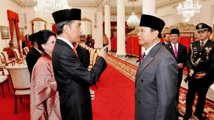 Presiden Joko Widodo berbincang dengan Ketua Umum Partai Gerindra Prabowo Subianto seusai acara Pelantikan Gubernur dan Wakil Gubernur DKI Jakarta di Istana Negara, Jakarta, Senin (16/10/2017).