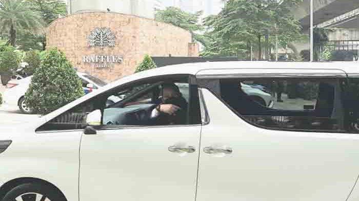 Mobil yang membawa Prabowo Subianto sudah terlihat hadir di Hotel Raffles, Kuningan Jakarta Selatan, Sabtu (3/4/2021).