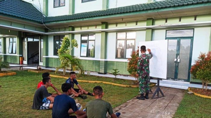 Prajurit Batalyon Kavaleri 12/Beruang Cakti memberikan materi dan latihan pembinaan fisik kepada para calon prajurit TNI AD di lingkungan Asrama Mayonkav 12/BC, Senin (31/05/2021).