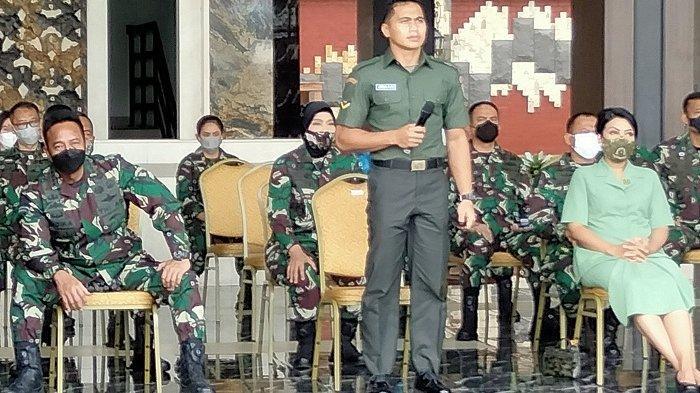 Prajurit TNI Angkatan Darat Serda Aprilia Santini Manganang saat menyaksikan sidang perubahan identitasnya secara virtual di Mabesad Jakarta pada Jumat (19/3/2021).
