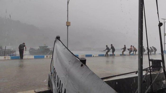 Personel TNI AL Selamatkan Bagan Nelayan yang Hanyut di Selat Lampa Natuna